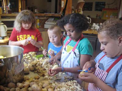 In der Küche im Kinderbauernhof