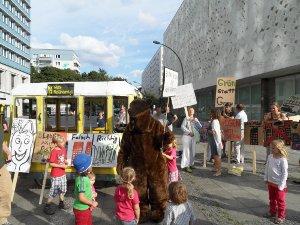 Bunter Protest vor Rathaus Mitte