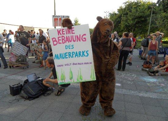 Mauerpark-Demo mit Bär