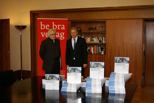 Verleger Ulrich Hopp mit dem Regierenden Bürgermeister Klaus Wowereit