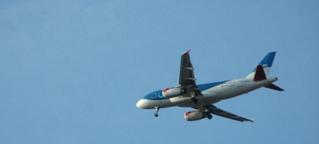 Flugzeug im Anflug über Pankow