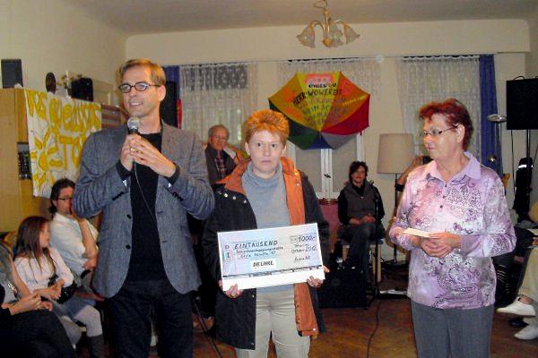 Stefan Liebich und Petra Pau überreichen Spende an Doris Syrbe