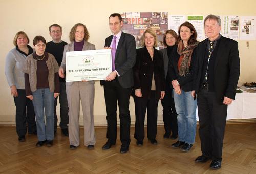 Übergabe der Urkunde an Bezirksstadtrat Dr. Torsten Kühne