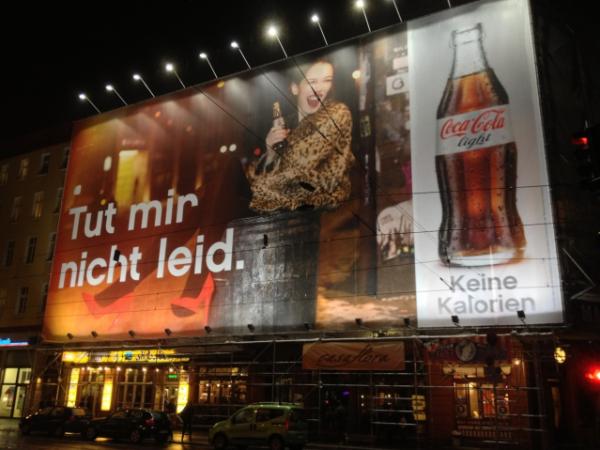 """Big Poster von Coca-Cola light mit nächtlicher Beleuchtung """"Tut mir nicht leid!"""" Foto: Nando Rossi"""