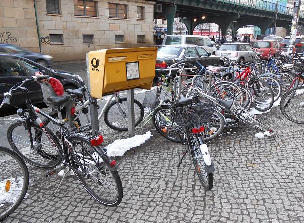 """""""Kampf-Radparken"""" am Briefkasten - Schönhauser Allee im Februar 2013"""
