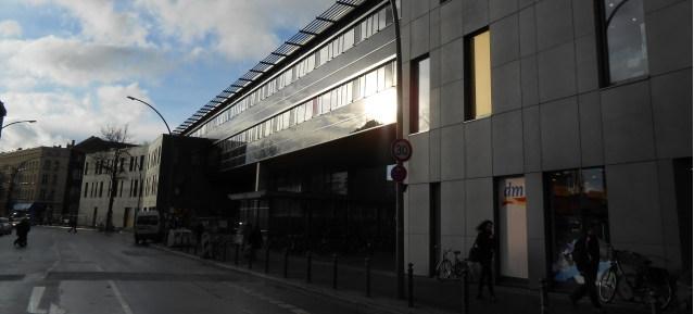 Dienstleistungszentrum Garbátyplatz in der Abendsonne