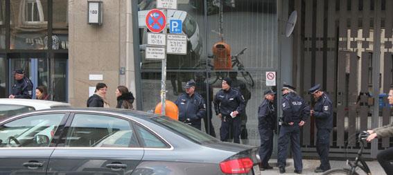 Kuchenkommando Polizeikontrolle vor der Kulturverwaltung