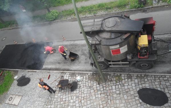 Asphaltarbeiten: Asphaltkocher mit 3-Mann-Kolonne