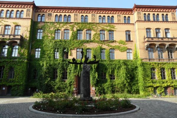 Innenhof vor dem Haus 6: Das Schiff zur Rettung der Unschuld der Kunst v. Thomas Richter u. Martin Wilke