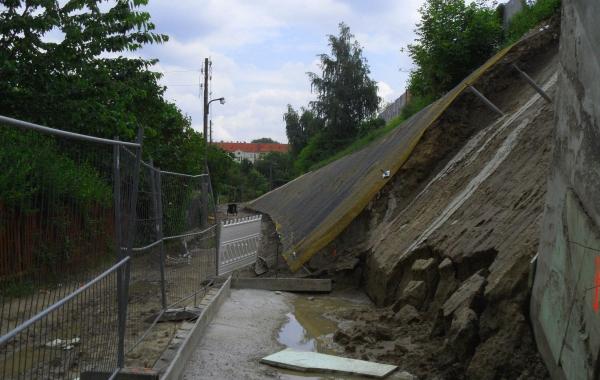 Radweg im Bau - rechts Hangbefestigung der Bornholmer Straße