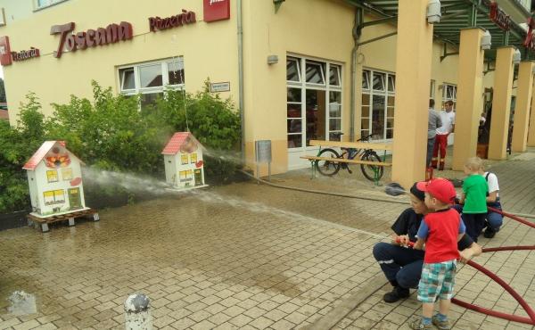 Löscheinsatz für kleine Feuerwehrleute - Stadtteilfest  in Karow am 15.6.2013