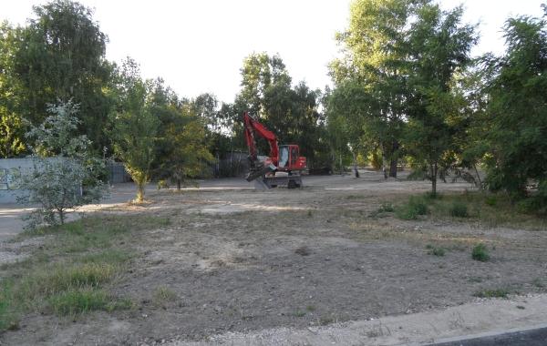 Einsamer Bagger nach getaner Mauerpark-Erweiterung am 23.7.2013
