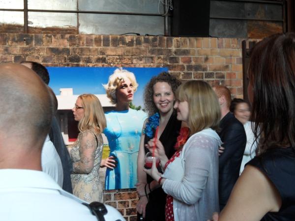 Independence Day auf Bötzow: Frauenbilder mit Vernissagen-Besucherinnen