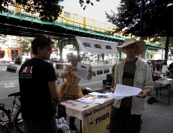 Aktion gegen Landgrabbing - Demonstration am 17.7.2013 vor der BVVG