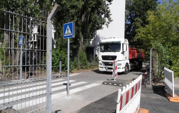 LKW kreuzt den Zuweg zum Mauerpark