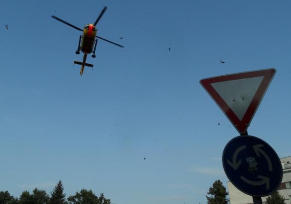 Christoph 31 kreist über dem Hamburger Platz und fliegt davon