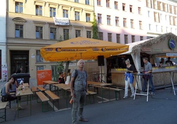 CastingCarree-Festival: Protestbanner an der Hausfassade