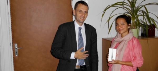 Registrierungsfreies Handy-Parken Dr. Torsten Kühne überreicht iPhone an Gewinnerin Frau Hadscho