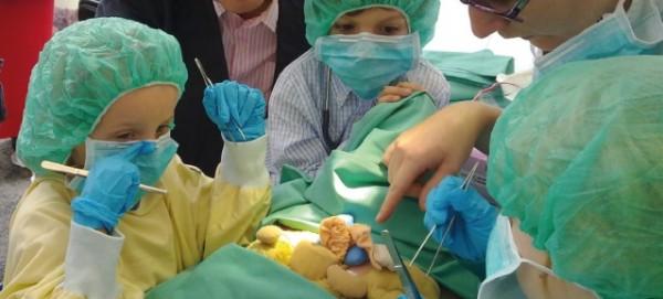 Teddyklinik - Kinder operieren ihr Kuscheltier  - Foto: Vivantes Pressestelle