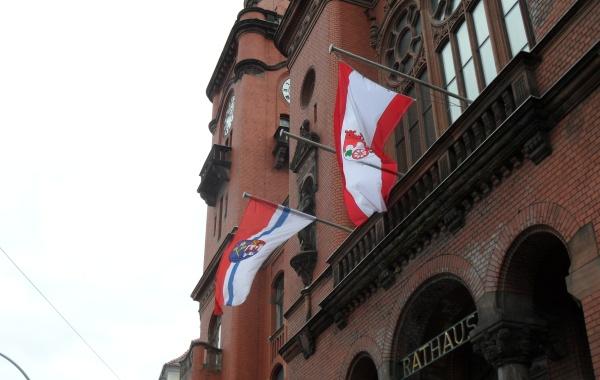 Flaggenschmuck zum Pankefest: Zeichen der Verbundenheit mit Kolobrzeg (Kolberg)