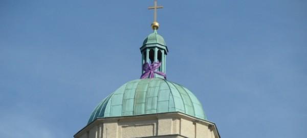 Turmspitze der Hoffnungskirche - festlich geschmückt