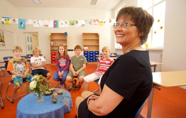 Schulleiterin Ulrike Burkowski mit ersten Schülern - Foto: Dirk Lässig