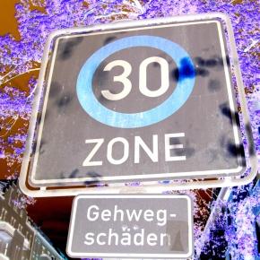 Radarfallen austricksen:  auf Zahlencodes am Wegesrand achten!