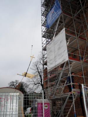 Aufseilen des Turmkreuz am 18.11.2013 - Foto: König