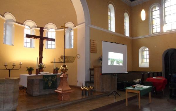 """Neue """"güldene Turmzier"""" mit Wetterfahren und Kreuz vor dem Altar"""
