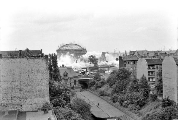 Sprengung des letzten Gasometers in Prenzlauer Berg am 28.6.1984
