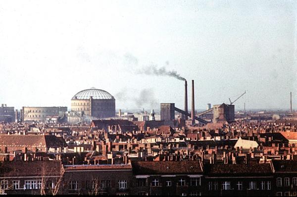 Stadtsilhouette Prenzlauer Berg 1982 mit Gaswerk an der Dimitroffstraße -Foto: Gerd Danigel
