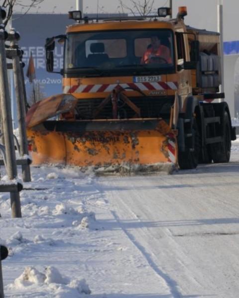 Winterdienst: Räum- und Streufahrzeug der BSR