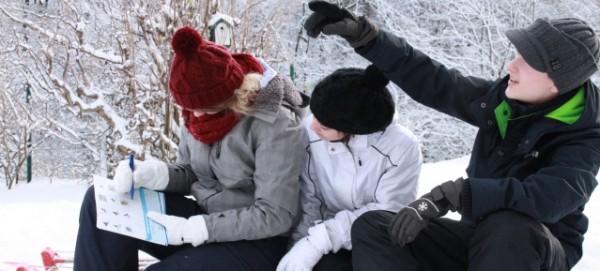 """Jugendliche mit Zählhilfe - Zählaktion """"Stunde der Wintervögel"""""""