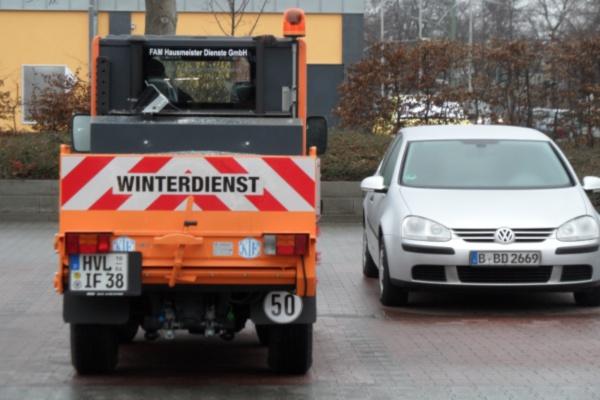 Privater Winterdienst bei Glatteis im Einsatz