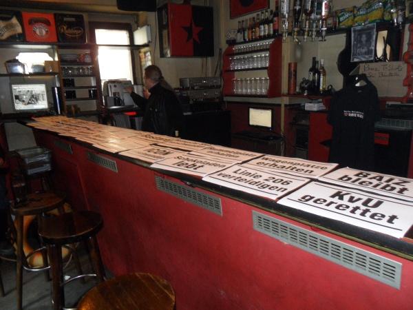BAIZ: Protestplakate auf derm Tresen