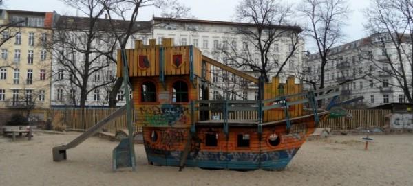 Piratenschiff auf dem Spielplatz Helmholtzplatz