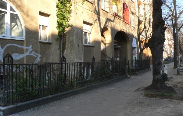 Florastraße: Historischer Zaun mit Sockel