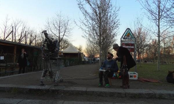 Kolja Kugler mit Druckluftroboter am Mauerpark