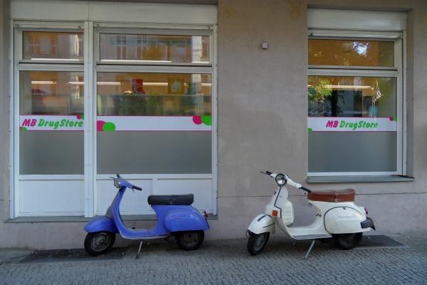 Prenzlauer Berg: Roller blau, neben Roller weiß