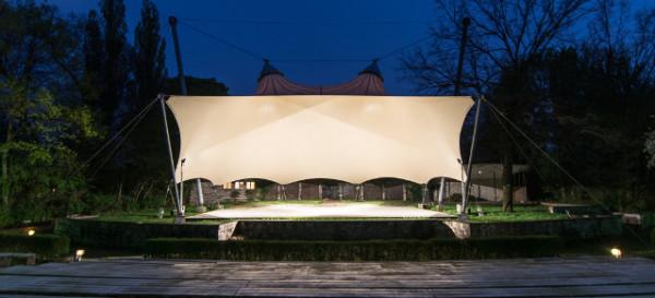 Freilichtbühne Weissensee bei Nacht