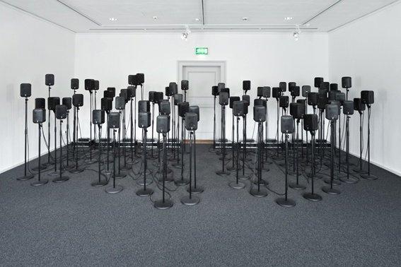 """Via Lewandowski: """"Anstimmen"""" Soundinstallation: 80 Lautsprecher, 10 Verstärker, 2013"""