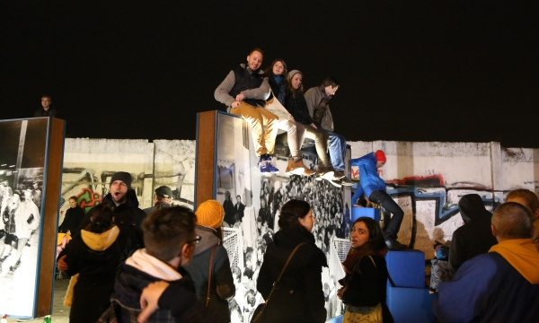 25 Jahre Mauerfall: Jugendliche auf der Mauer