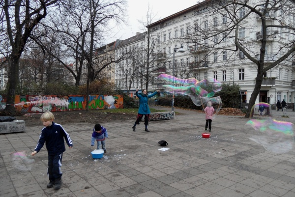 Helmholtzplatz: Seifenblasenspiel am 4.12.2014