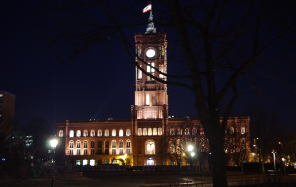 Rotes Rathaus bei Nacht