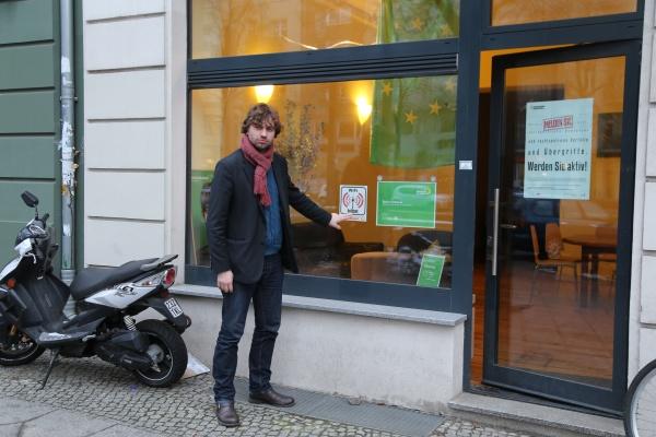 Stefan Gelbhaar vor seinem Wahlkreisbüro