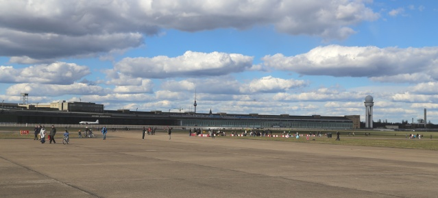 """Kleiderbügel"": Flughafengebäude Tempelhof"