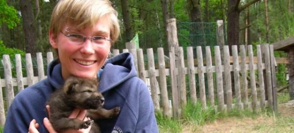 Katharina Weinberg mit Wolfwelpen