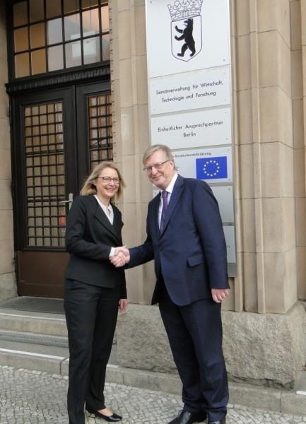 Senatorin Cornelia Yzer begrüßt Dr. Hans Reckers in der Senatsverwaltung für Wirtschaft, Technologie und Forschung.