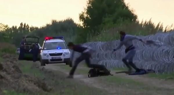 Flüchtlinge in Ungarn überwinden Natodraht