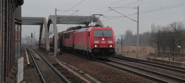 Durchfahrt von Güterzug-Loks am Bahnhof Pankow